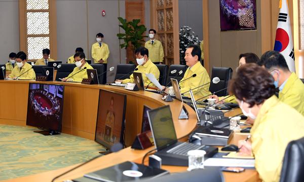 정세균 국무총리가 24일 정부세종청사에서 열린 국무회의를 주재하고 있다.