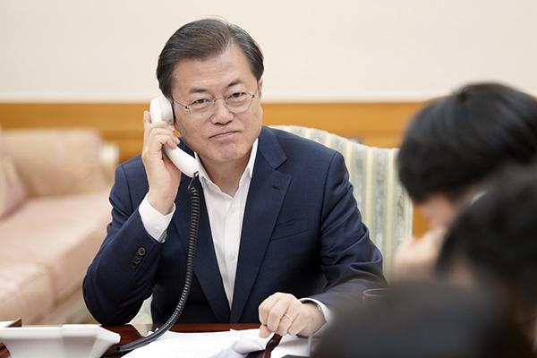 """트럼프 """"韓 의료장비 지원을""""…문 대통령 """"여유분 최대 지원"""""""