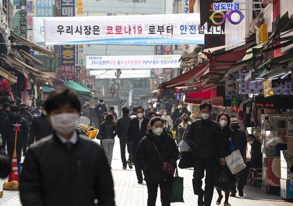 지역화폐, 온누리 상품권 구입 등 자상한 기업들은 전통시장 활성화를 위한 노력도 다방면에서 하는 중이다.(사진=저작권자(c) 연합뉴스, 무단 전재-재배포 금지)