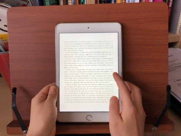 지역구 내 전자도서관의 무료 디지털컨텐츠를 대출하여 독서를 하는 모습. 도서관에 가지 않고도 원하는 책을 볼 수 있다.