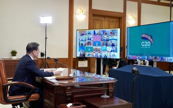 문재인 대통령이 26일 청와대 집무실에서 코로나19 공조방안 모색을 위한 G20 특별화상정상회의를 하고 있다. (사진=청와대)