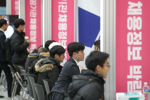 지난 1월 초 열린 2020 공공기관 채용박람회에서 구직자들이 채용상담을 받고 있다.
