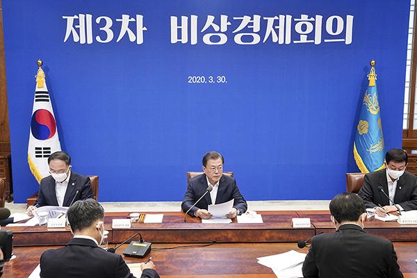문재인 대통령이 30일 청와대에서 코로나19 관련 제3차 비상경제회의를 주재하고 있다. (사진=청와대)