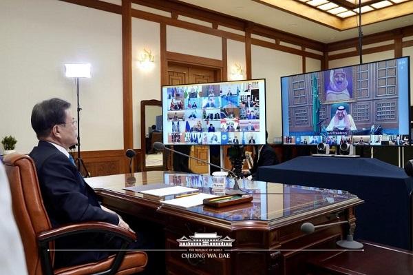문재인 대통령이 26일 청와대 집무실에서 신종 코로나바이러스 감염증(코로나19) 공조 방안 논의를 위해 열린 G20(주요 20개국) 특별 화상 정상회의를 하고 있다.
