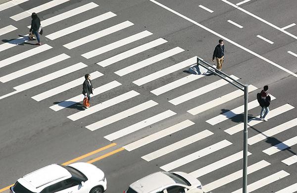 강력한 사회적 거리두기가 필요한 시점에서 주말임에도 불구하고 광화문 도심은 한산한 모습을 보이고 있다.