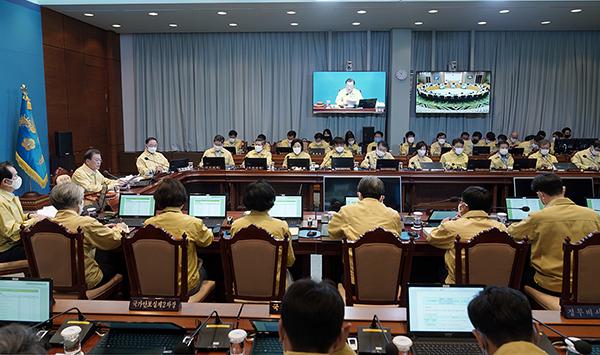 문재인 대통령이 31일 청와대에서 세종청사와 화상연결 방식으로 열린 국무회의에서 발언하고 있다. (사진=청와대)