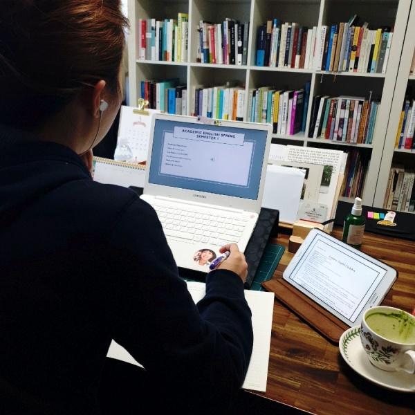 사이버 강의를 하루종일 듣기 편하게 강의실 환경을 만들어 준다.
