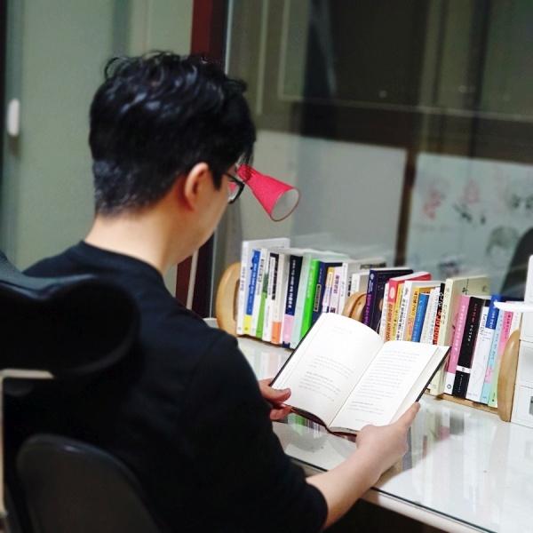 평소 읽고 싶던 책을 구매해 도서관처럼 나만의 독서하는 공간을 꾸몄다.