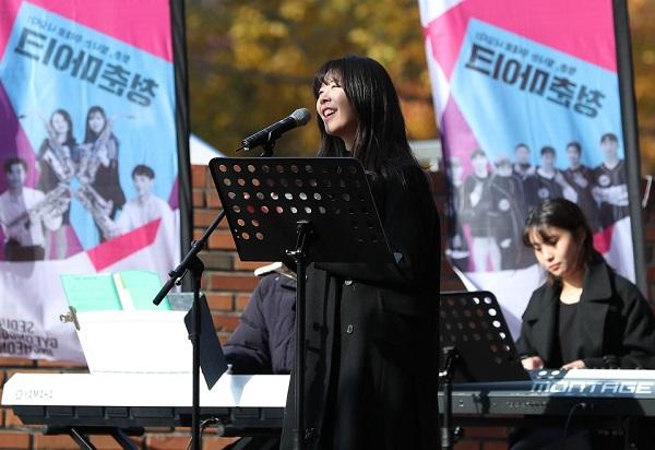 지난해 11월 27일 '문화가 있는 날'을 맞아 서울 대학로 이음센터 앞에서 '청춘마이크'에 참여하는 5개팀의 공연이 펼쳤다. 이날 대학로를 지나가는 시민들이 공연에 즐거운 한때를 보냈다. (사진=문화체육관광부 국민소통실)