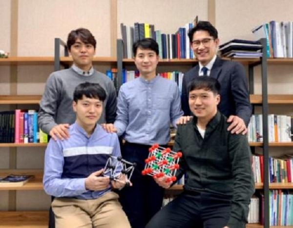 개별 나노입자의 3차원 구조를 원자 수준에서 포착하는데 성공한 IBS 나노입자 연구단 연구진의 모습