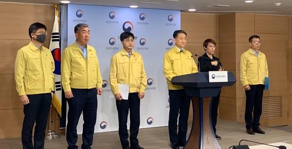박능후 박능후 보건복지부 장관이 4일 오전 정부서울청사에서 고강도 사회적 거리두기 연장과 관련된 브리핑을 하고 있다.