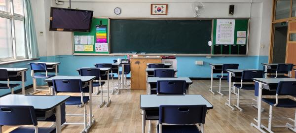 짝이 없이 나홀로 앉아 수업을 받는 형태로 책상을 배치했다.