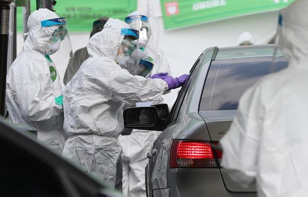 잠실종합운동장 주경기장에 마련된 승차 검진(드라이브 스루) 선별진료소에서 진단검사가 이뤄지고 있다.