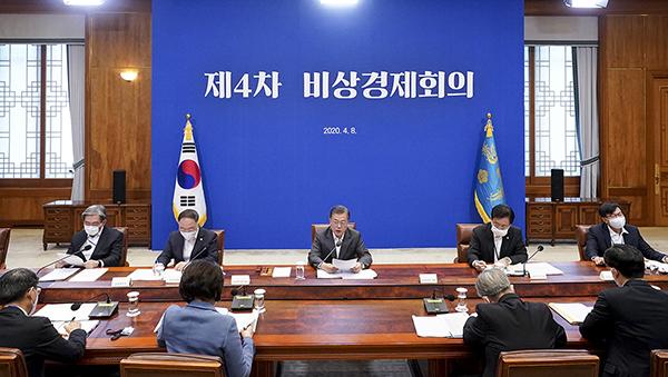 문재인 대통령이 8일 청와대에서 열린 코로나19 대응 관련 제4차 비상경제회의를 주재하고 있다. (사진=청와대)