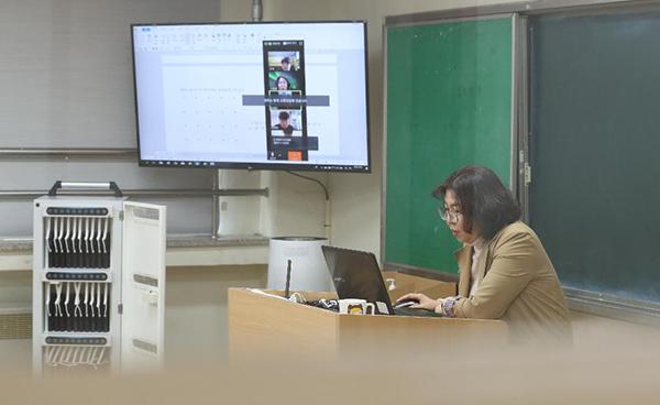 온라인 개학을 앞두고 7일 청주시 서원구에 있는 원평중학교에서 원격수업이 진행 중이다.