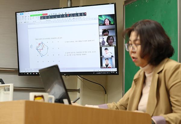 원격수업 플랫폼 'Zoom'으로 온라인 수업을 하고 있는 최소연 원평중학교 선생님.
