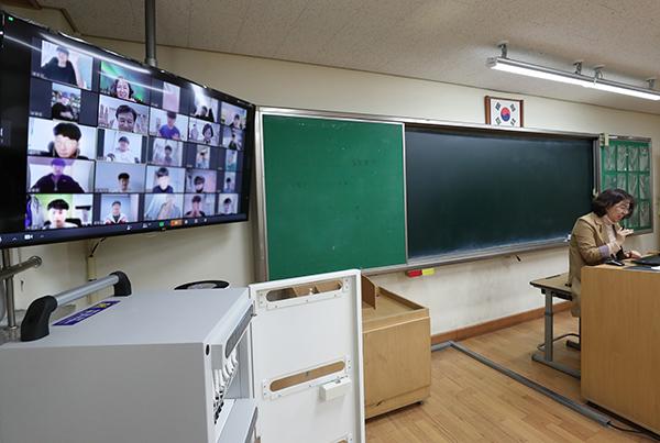 본격적인 온라인 개학에 앞서 시범 수업을 진행 중인 최소연 원평중학교 선생님.