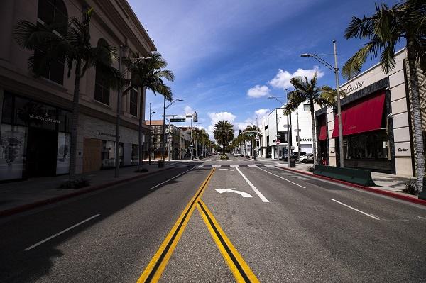 미국 트럼프 대통령이 사회적 거리두기 가이드라인을 발표한 이후 미국 베벌리힐스 내 명품 매장들이 문들 닫아 거리가 텅 비어있다.(저작권자(c) 연합뉴스, 무단 전재-재배포 금지)