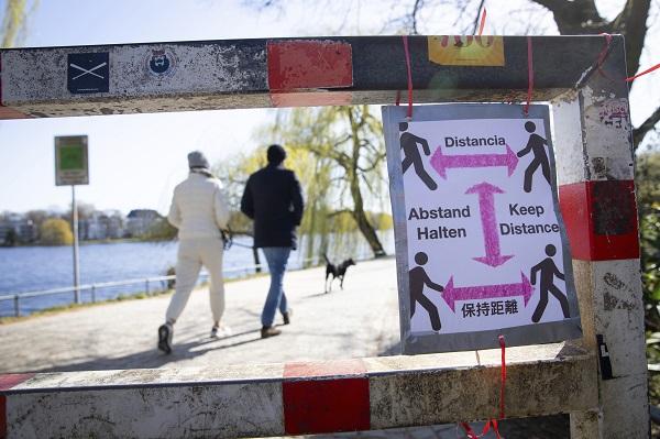 독일이 신종 코로나바이러스 감염증(코로나19) 확산을 막기 위해 공공장소에서 2명을 초과하는 모임을 금지한 가운데 23일(현지시간) 함부르크 알스터 강 둔치 입구에 다양한 언어로 '사회적 거리두기'를 촉구하는 안내문이 게시돼 있다.(저작권자(c) 연합뉴스, 무단 전재-재배포 금지)