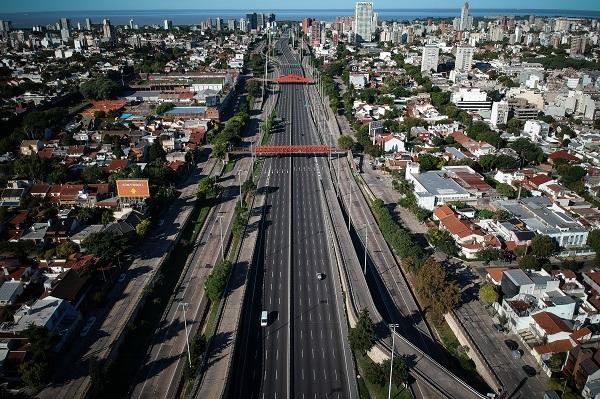 아르헨티나 부에노스아이레스 도로가 코로나19 확산 방지를 위한 전 국민 의무격리 4일째인 3월 23일(현지시간) 텅 비어 있는 모습.(저작권자(c) 연합뉴스, 무단 전재-재배포 금지)