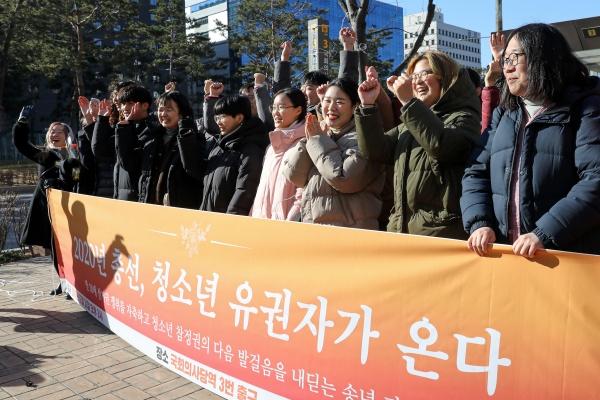 청소년들과 시민사회단체 등으로 구성된 촛불청소년인권법제정연대원들이 31일 오후 서울 여의도 지하철 국회의사당역 앞에서 만 18세 선거권 쟁취를 자축하며 기뻐하고 있다.(출처=뉴스1)