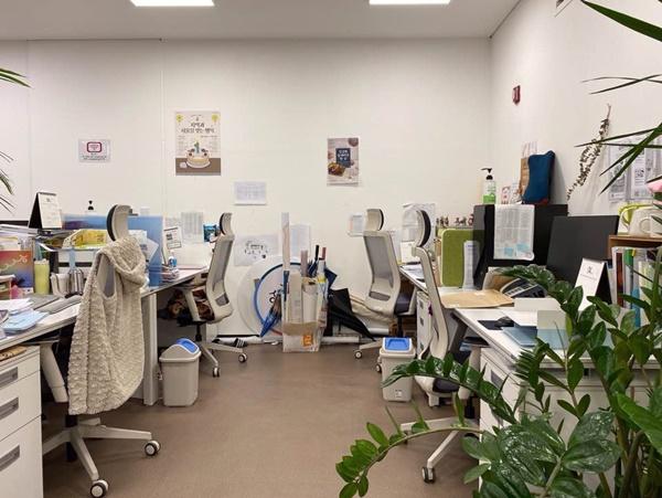 2m 건강거리를 유지하고 있는 사무실.