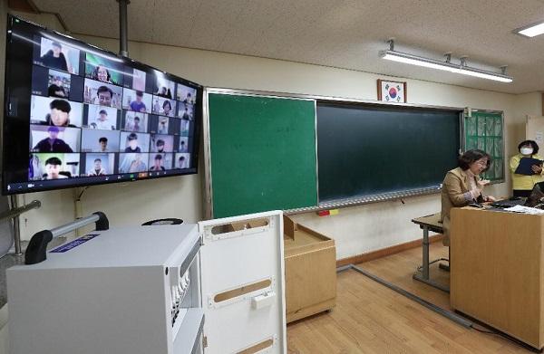 7일 청주시 서원구에 있는 원평중학교에서 온라인 원격수업이 진행되고 있다.(사진=국민소통실)