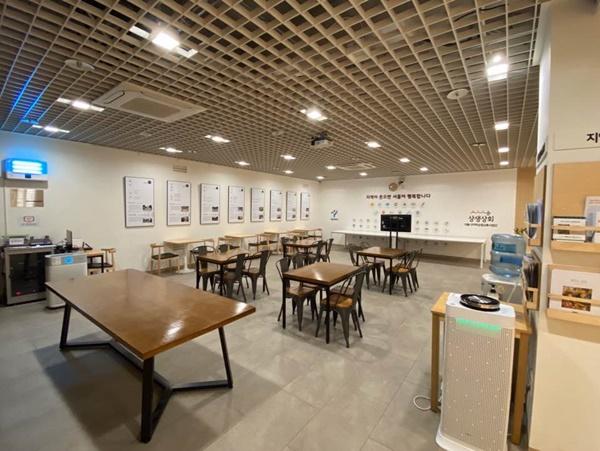 회사 내 텅빈 회의실과 공용 공간.