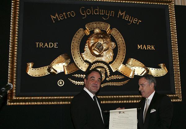 제59회 칸 영화제 초청 리셉션에서 메트로 골드윈 메이어(MGM) 회장 겸 CEO 해리 슬로언(오른쪽)이 미국 올리버 스톤 감독에게 MGM 트레이드 마크인 사자상을 수여하고 있다. (사진=저작권자(c) 연합뉴스/EPA/CHRISTOPHE KARABA, 무단 전재-재배포 금지)