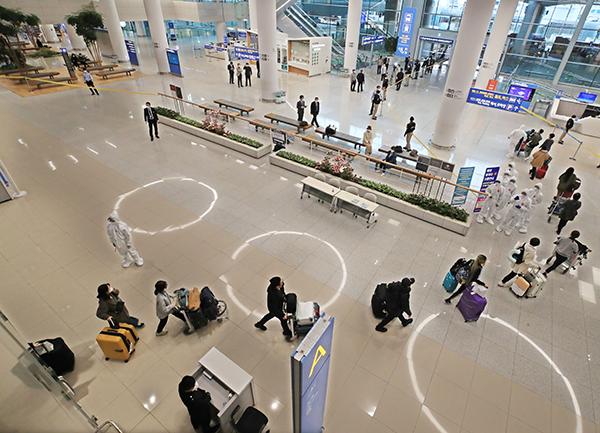 인천국제공항을 통해 귀국한 해외입국자들이 줄지어 진단검사를 받으러 이동하고 있다.(사진=저작권자(c) 연합뉴스, 무단 전재-재배포 금지)