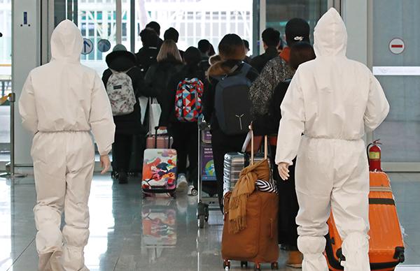 이탈리아 교민과 주재원 등이 지난 2일 오후 전세기를 타고 인천국제공항 2터미널을 통해 귀국하고 있다. (사진=저작권자(c) 연합뉴스, 무단 전재-재배포 금지)