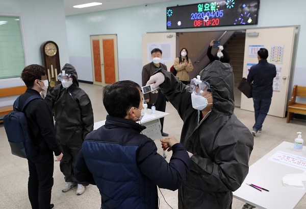 5일 오전 서울 용산공업고등학교에서 열린 '2020년 제1회 기능사 실기시험'에서 응시자들이 발열 확인을 받고 있다. (저작권자(c) 연합뉴스, 무단 전재-재배포 금지)