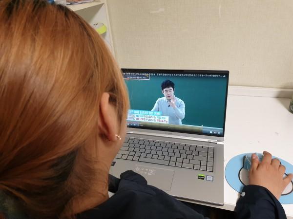 18세 새내기 유권자 선거교실을 시청하는 아이.