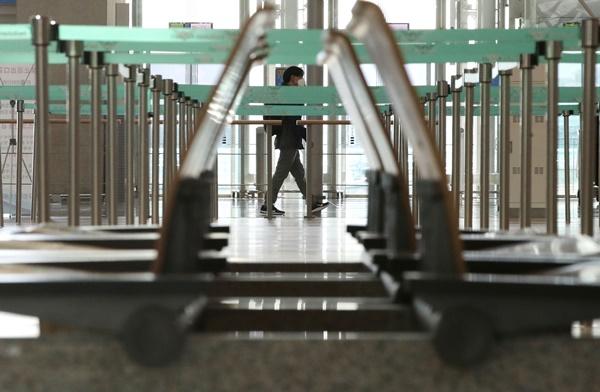 지난 6일 인천국제공항 출국장의 썰렁한 모습.(출처=뉴스1)
