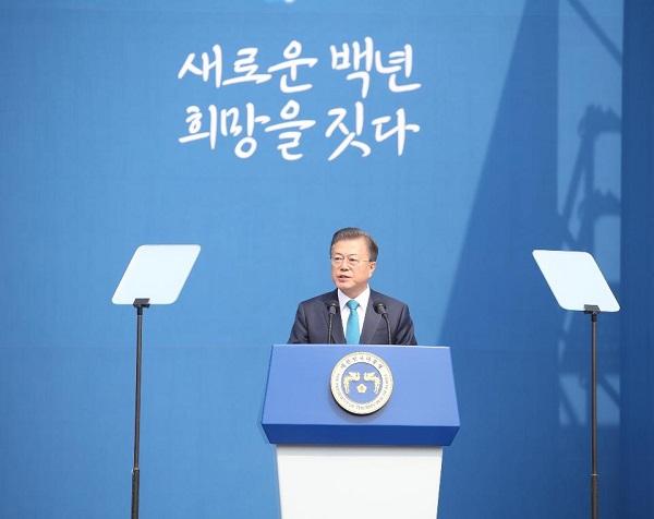 문재인 대통령이 11일 서울시 서대문독립공원 어울쉼터에서 열린 제101주년 대한민국임시정부수립 기념식에 참석하여 기념사를 하고 있다.