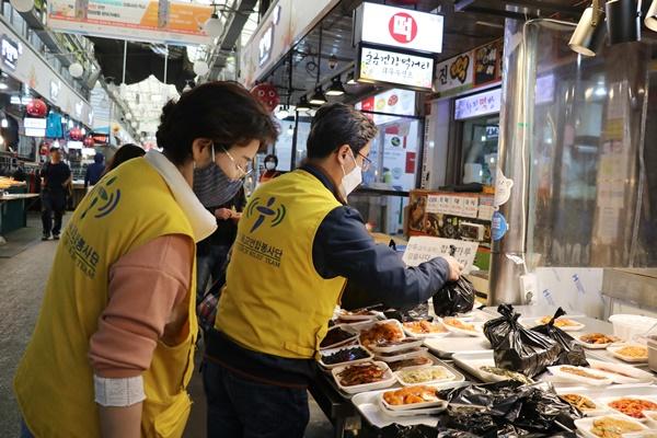한국기독교연합봉사단이 방학동 도깨비시장에서 장을 보고 있다.
