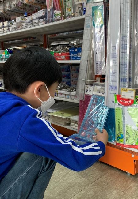 문구점에서 아이가 필요한 용품들을 산 뒤 역시 아동돌봄포인트로 결제할 수 있었다.