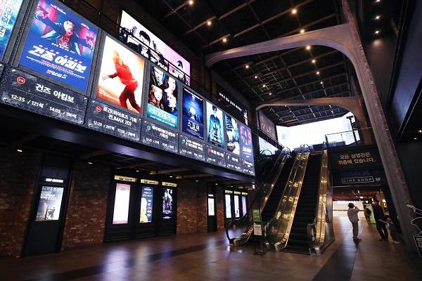 문체부는 코로나19로 피해 입은 영화산업에 170억 원을 추가로 투입해 긴급지원한다고 21일 밝혔다. 사진은 지난 20일 서울 시내 영화관 한산한 모습.(사진=저작권자(c) 연합뉴스, 무단 전재-재배포 금지)