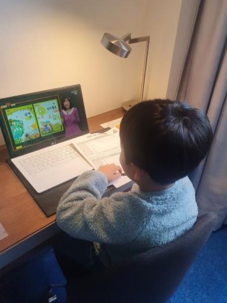 아이가 EBS온라인을 통해 국어 수업을 듣고 있다.