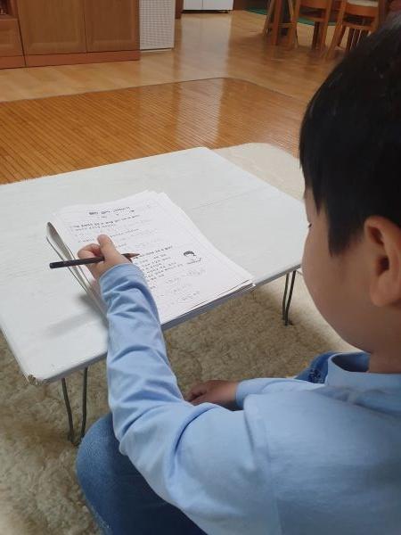 온라인 개학 이전 4월 초부터 배부된 가정 학습지를 풀고 있는 모습.