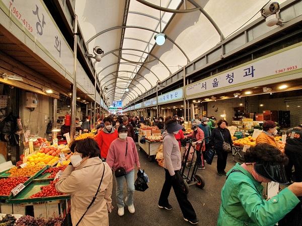 서울 광림교회 교인 1500여명은 지난 21일 광장시장 등을 찾아 상인들을 위로하고, 물품을 구입하는 사랑의 장보기를 실시했다. (사진=광림교회)