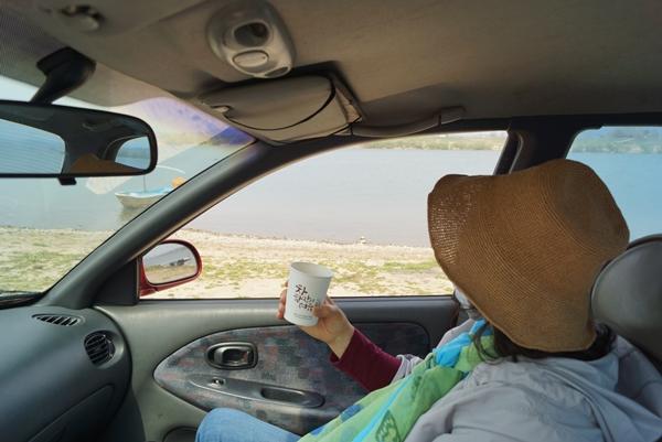 차창 밖 풍경만으로도 가슴이 탁 트이는 드라이브 여행은 사람들과 접촉하지 않고 가족끼리 차를 타고 오붓하게 즐길 수 있는 여행이다.