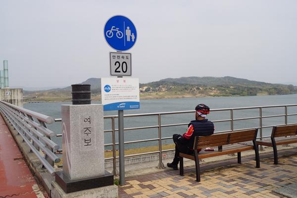 남한강 여주보에서 자전거를 타고 온 시민이 마스크를 벗고 쉬고 있다.