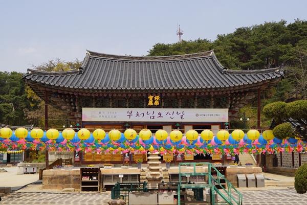 경기도 여주시에 있는 천년고찰 신륵사 대웅보전 앞에 연등이 걸려있다
