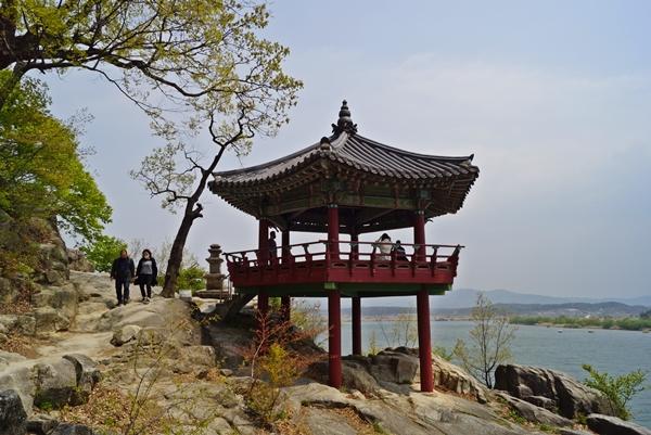 신륵사 강월헌이다. 남한강이 한 눈에 내려다 보이는 곳에 있다.
