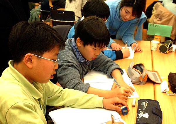 '좋은 공부습관 만들기' 프로그램에 참가한 초등학생들이 전문 강사로부터 효율적인 학습 방법에 관한 지도를 받고 있다. (사진=저작권자(c) 연합뉴스, 무단 전재-재배포 금지)