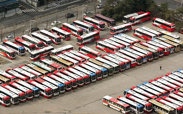 감회 운행하는 고속버스와 시외버스가 13일 광주 서구 종합버스터미널 내 주차장을 가득 메우고 있다.(사진=저작권자(c) 연합뉴스, 무단 전재-재배포 금지)