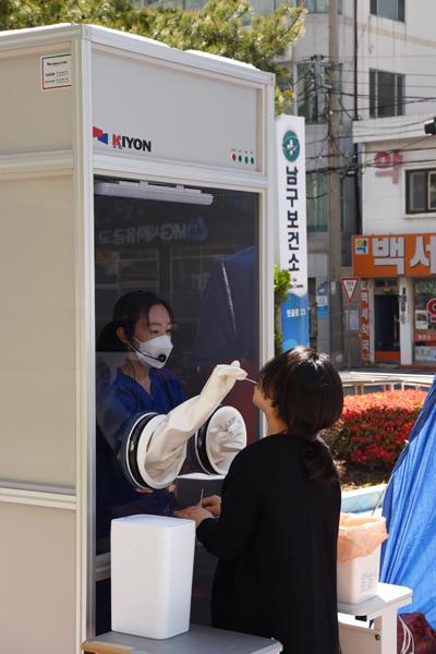 부산 남구보건소 안여현 의무사무관(의사)이 만든 초스피드 워킹스루 검사부스에서 코로나19 검사를 하고 있다.