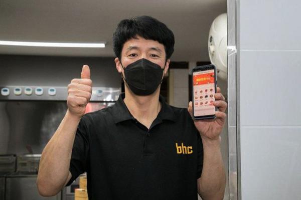 배달의 명수 앱을 이용하는 소상공인 김춘기 씨가 엄지손가락을 치켜 들며 만족감을 표시하고 있다.