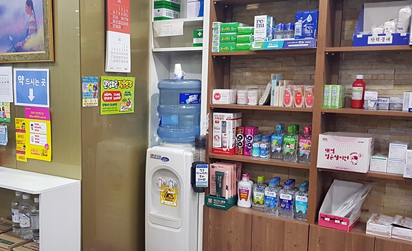 많은 약들이 놓인 약국. 약이 많이 만들어지는 만큼, 맞는 사람들에게 적절하게 사용되고 잘 수거되길 바란다.